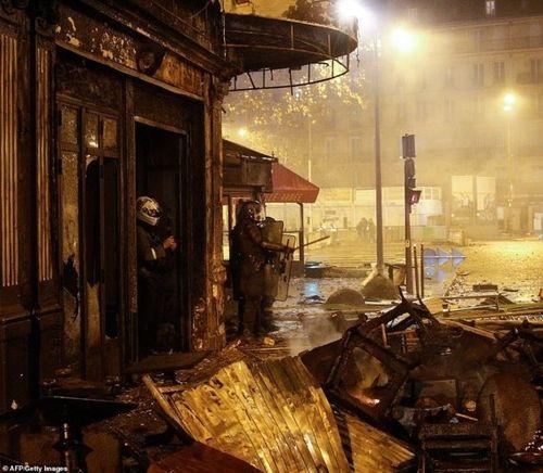 Bạo loạn khủng khiếp 'chưa từng có' làm Paris hoa lệ như đang trong cuộc chiến