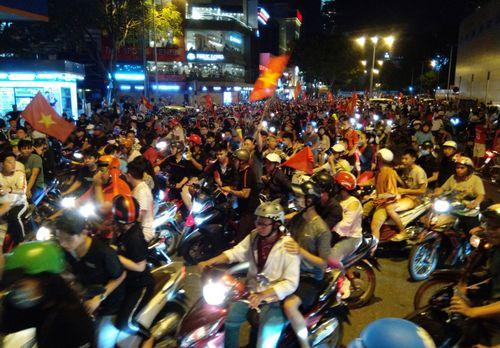 Cổ động viên Sài Gòn ăn mừng chiến thắng của ĐT Việt Nam