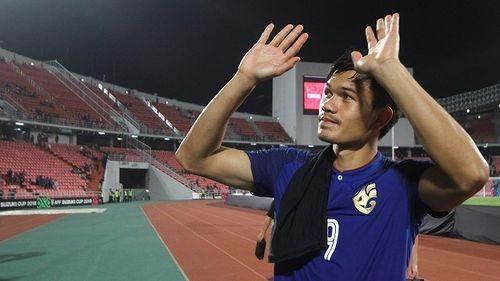 Adisak nói gì sau khi thành tội đồ của bóng đá Thái Lan?