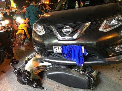 Ô tô điên gây tai nạn liên hoàn rồi lấy quần áo che biển số xe