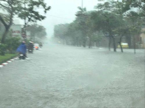 Mưa lớn, đường ngập sâu nửa mét thành phố Vinh 'thất thủ'