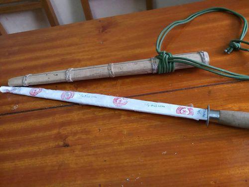 Điều tra vụ thầy cúng dùng kiếm đâm chết con trai rồi ăn lá ngón tự tử