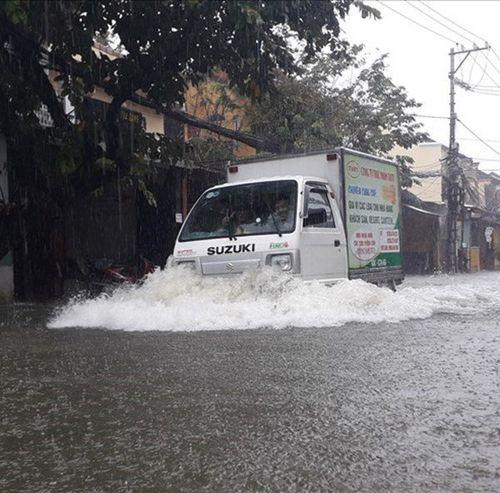 3 nhân tố khiến Trung Bộ mưa trắng trời, ngập thành sông