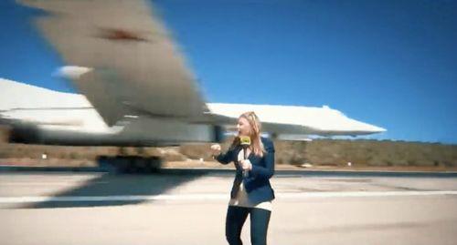 Phóng viên liều mạng đứng sát Tu-160 hạ cánh để hiện dẫn