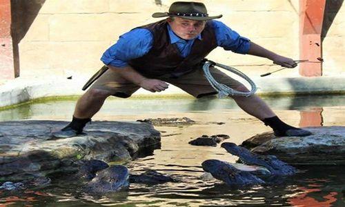 Thót tim nghệ sĩ rơi thẳng vào hồ cá sấu và cái kết