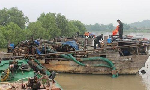 Phát hiện hàng chục ghe 'khủng' hút cát trên sông Đồng Nai