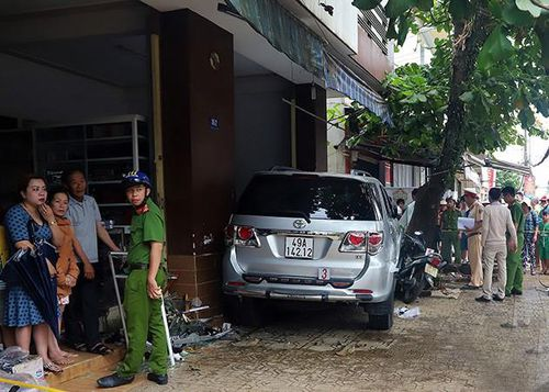 Ô tô tông hàng loạt xe máy, lao vào nhà dân, 2 người thương vong