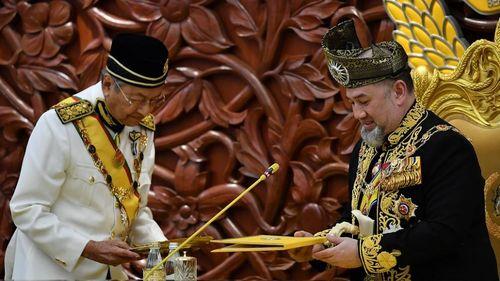 Vua Malaysia bất ngờ thoái vị sau khi cưới hoa hậu Nga 25 tuổi