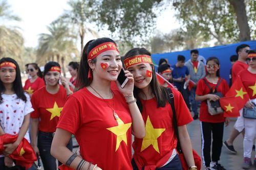 Fan nữ cực xinh tiếp lửa tuyển Việt Nam đấu Iraq