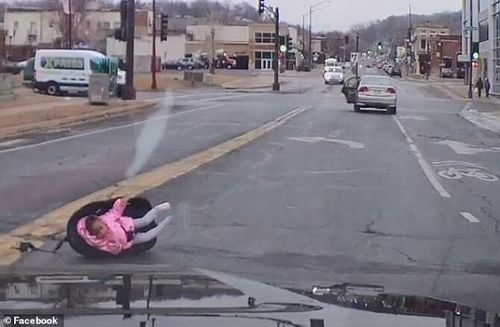 Bé gái 2 tuổi văng khỏi ô tô đang chạy bon bon trên đường, người mẹ không hề hay biết