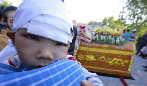 Hơn 3 tỉ đồng quyên góp cho các con của cặp vợ chồng chết dưới bánh xe container