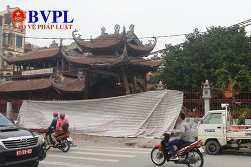Nam thanh niên lái xe đâm đổ cổng chùa Ngòi