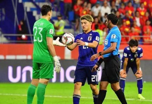 CĐV nước ngoài tranh cãi về quả penalty từ VAR của Nhật Bản