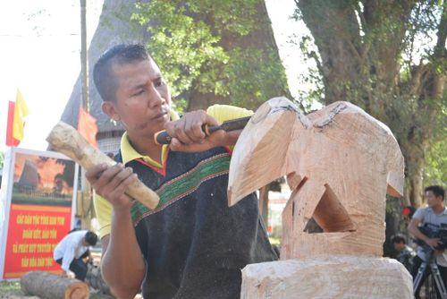 Gìn giữ nghệ thuật tạc tượng gỗ dân gian Tây Nguyên