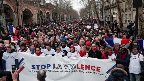 Pháp: Tuần hành 'Khăn đỏ' đáp lại biểu tình 'Áo vàng'