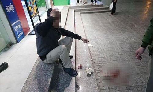 Ngồi dưới sân chung cư Linh Đàm, người đàn ông bị đá rơi vỡ đầu
