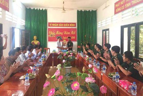 Lãnh đạo tỉnh chúc Tết các cá nhân, đơn vị tiêu biểu tại huyện Hồng Ngự