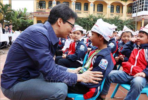 Phó Thủ tướng Vũ Đức Đam 'lì xì' hơn 500 cuốn sách cho học sinh Trường Tiểu học Dạ Trạch