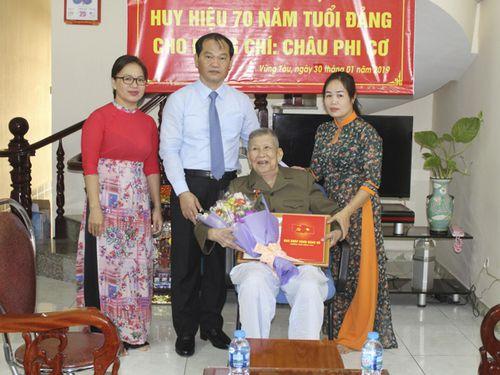 Thành ủy Vũng Tàu trao Huy hiệu 70 năm tuổi Đảng cho 3 đảng viên