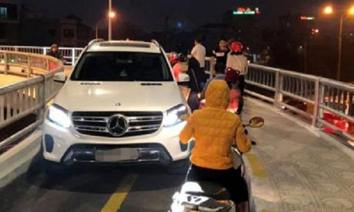 Tước bằng lái của tài xế Mercedes đi vào đường dành cho xe máy