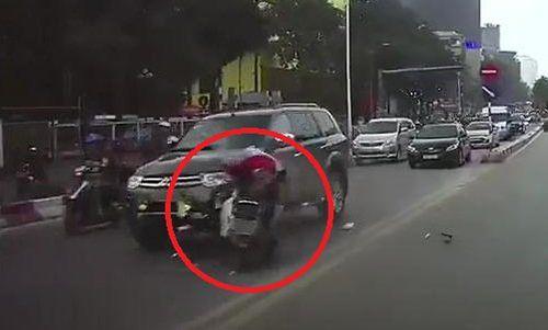 Clip: Xe máy lao vào đầu ô tô ngược chiều theo kiểu tự sát ở Hà Nội