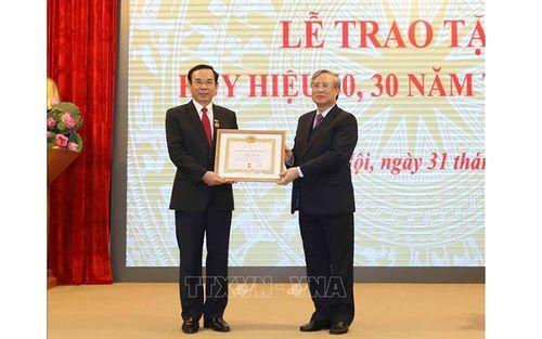 Trao Huy hiệu Ðảng tặng các đảng viên lão thành