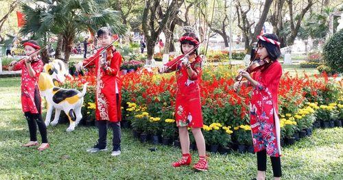 Người dân và du khách tại Huế rộn ràng xuống phố đón Xuân Kỷ Hợi
