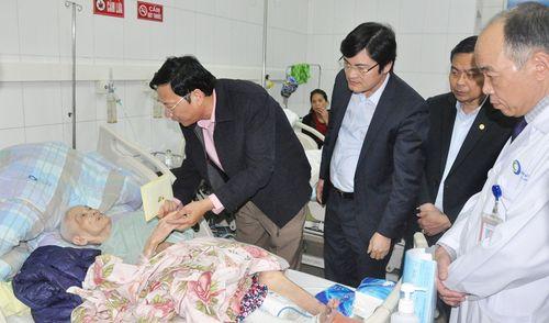 Bí thư Tỉnh ủy Nguyễn Văn Đọc thăm, chúc tết tại Bệnh viện Bãi Cháy