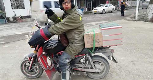 Chàng trai chở tro cốt của cha đi hơn 4000 cây số về nhà ăn Tết