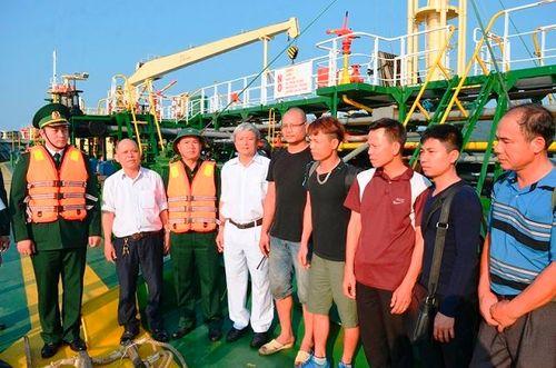 Cứu nạn 9 thuyền viên chìm tàu trên biển