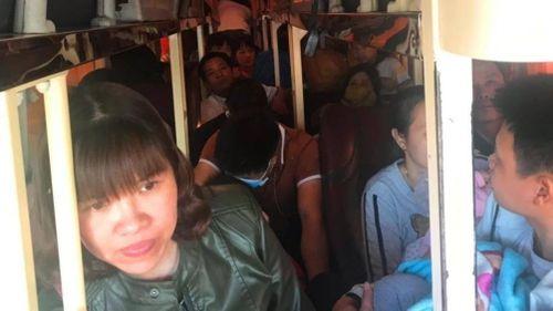 Bắt giữ ô tô khách 40 chỗ chở 62 người