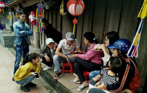 Bói toán dạo 'tung hoành' tại lễ hội chùa Keo
