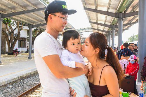 Khoảnh khắc chia ly xúc động sau Tết ở sân ga