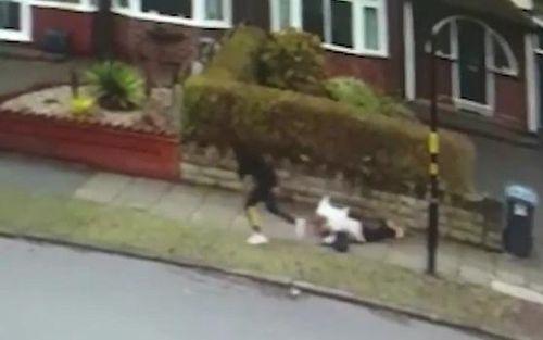 Gã đàn ông táo tợn cướp đồ và xô ngã người phụ nữ trên phố