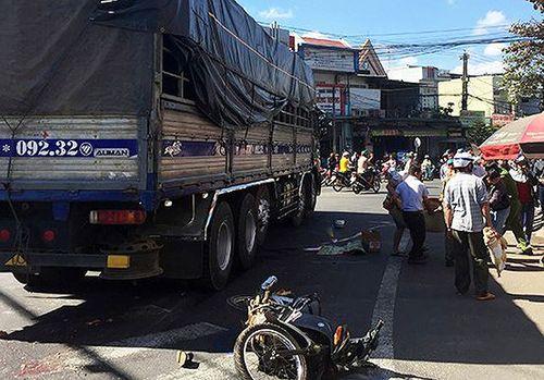Xe máy bị cuốn vào gầm xe tải, hai vợ chồng thương vong
