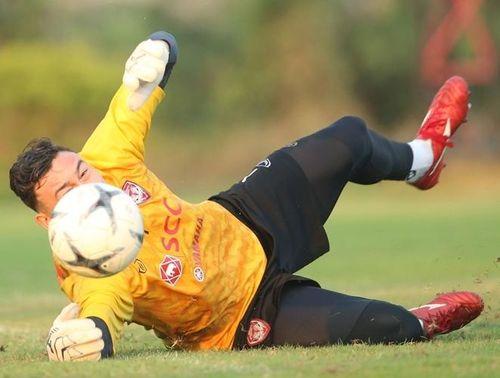 Đặng Văn Lâm miệt mài bay nhảy, chờ tỏa sáng ở Thai League