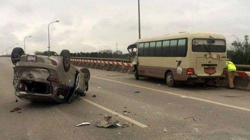 Xe khách tông taxi lật ngửa trên đường, 5 người nhập viện