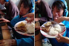 Đau lòng cảnh bà mẹ mang cơm đến tiệm net để đút cho con ăn