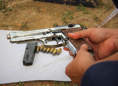 Nhóm người vận chuyển ma túy ôm súng cố thủ trong ôtô bị khởi tố