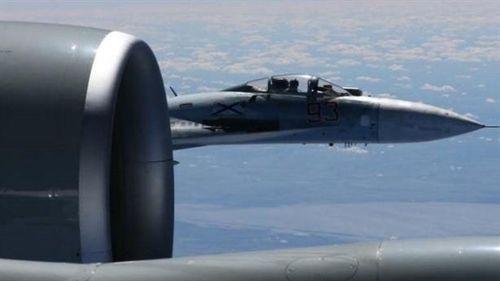 Su-27 mang đầy vũ khí áp sát Gulfstream