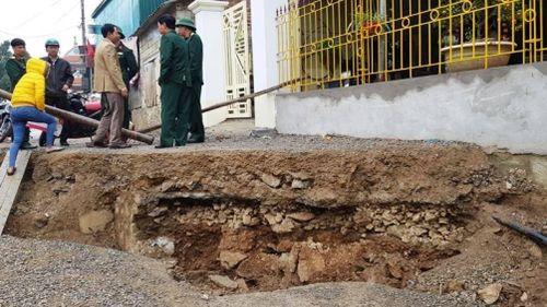 Đường bất ngờ sụt lún trước nhà, nhiều hộ dân Ninh Bình sơ tán khẩn cấp