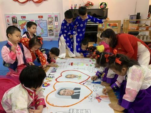 Phóng viên quốc tế thích thú nghe HS Mẫu giáo Việt- Triều Hữu nghị hát tiếng Triều Tiên