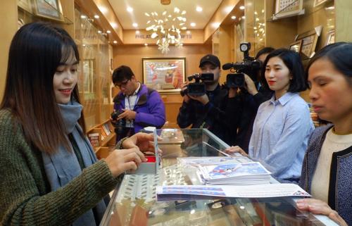 Người dân Hà Nội hồ hởi mua đồng xu kỷ niệm Hội nghị thượng đỉnh Mỹ - Triều
