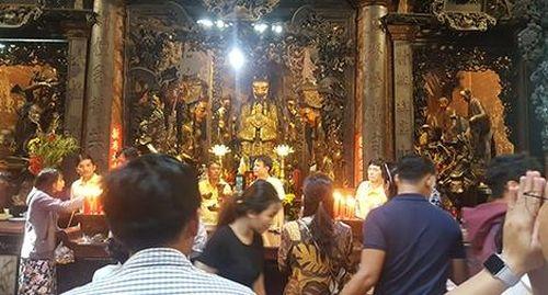 Những câu chuyện ghi ở cửa đền