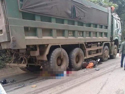 Chở vợ mới cưới đi làm, chồng đau đớn nhìn xe máy cuốn vào gầm ôtô tải