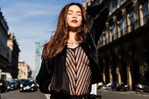Hồ Ngọc Hà mặc áo xuyên thấu trên đường phố Paris