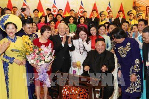 Chủ tịch Triều Tiên Kim Jong-un đánh thử nhạc cụ dân tộc Việt Nam