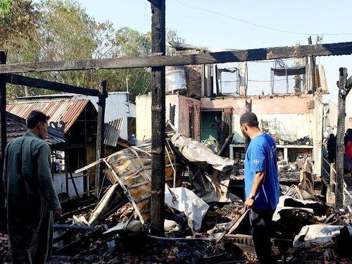 Cháy ở làng Chăm, thiêu rụi 4 căn nhà