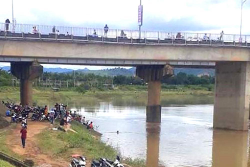 Bám đuôi bò bơi qua sông, hai học sinh tử vong