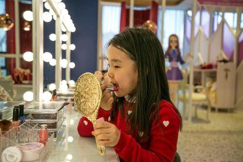 Chuyện lạ: Các bé gái Hàn Quốc 'đua nhau' trang điểm khi đến trường